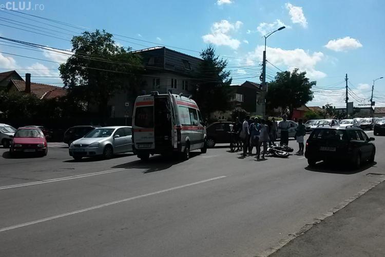 Motociclist lovit de o Dacie, pe podul de lângă Gara Cluj. Șoferul susține că bikerul avea viteză - FOTO