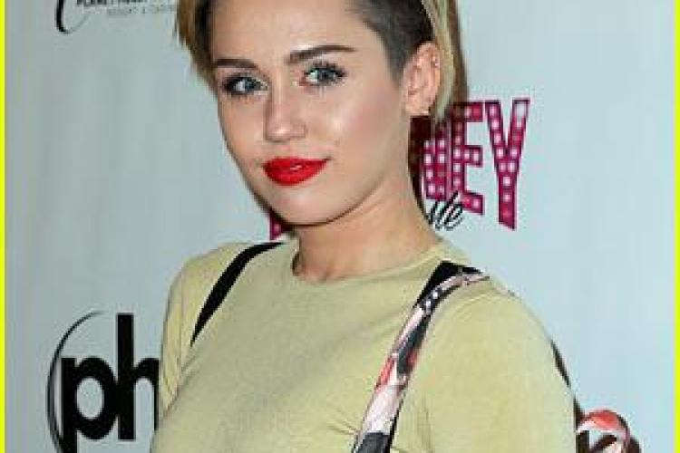 Noi ipostaze controversate, marca Miley Cyrus. Artista s-a lăsat pipăită pe sâni de un fan FOTO