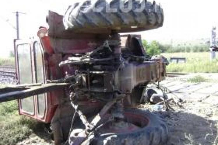 Tractor răstrurnat în râpă la Chiuiești! Șoferul a sărit din mers