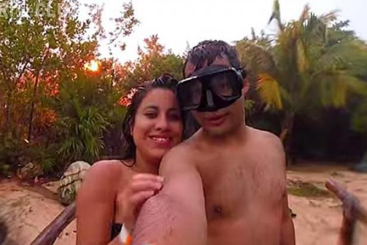 Selfie de coșmar pe o plajă romantică! Ce au făcut când a FULGERAT chiar lângă ei - VIDEO