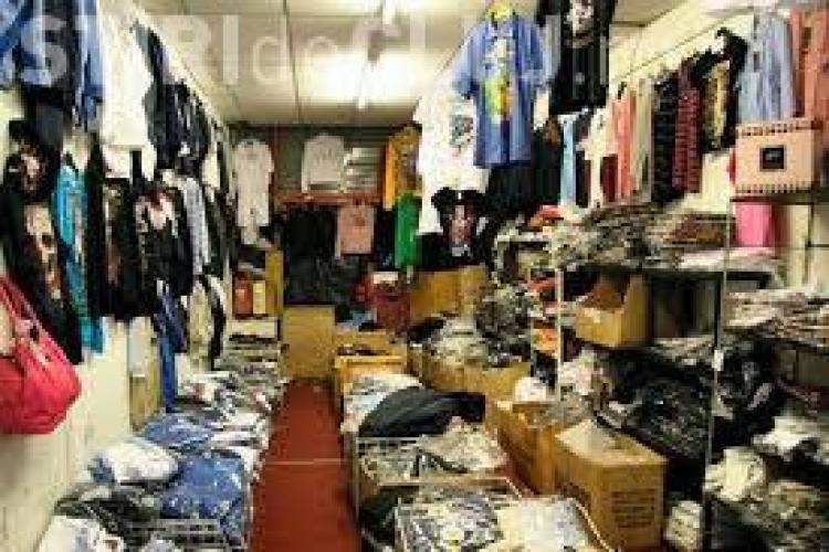 Haine contrafăcute de peste 13.000 lei confiscate de poliţişti dintr-un magazin din Cluj