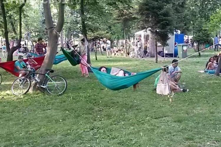 Lectură în parc în Parcul Central. Cărțile sunt asigurate gratuit de Biblioteca Octavian Goga