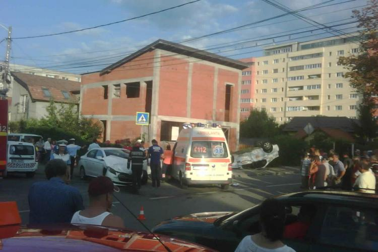Un taximetru s-a răsturnat spectaculos în urma unui accident în Mărăști! Un șofer nu i-a acordat prioritate - FOTO