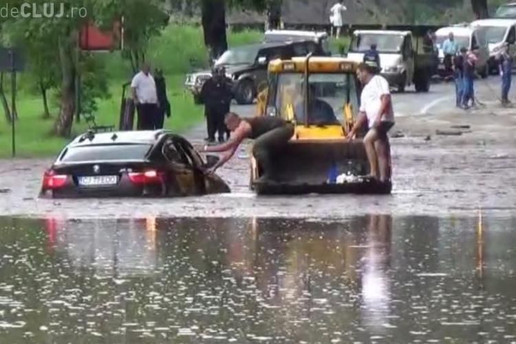 """Un clujean cu BMW s-a crezut mai șmecher ca toți! Bolidul i s-a """"înecat"""" în apa de pe drum - VIDEO"""