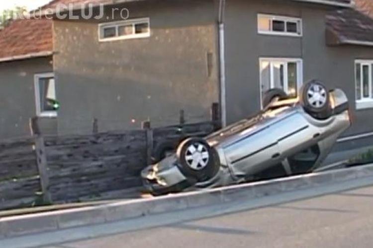 Accident rutier Ocna Dej! O șoferiță a dat în bordură și s-a răsturnat cu mașina VIDEO