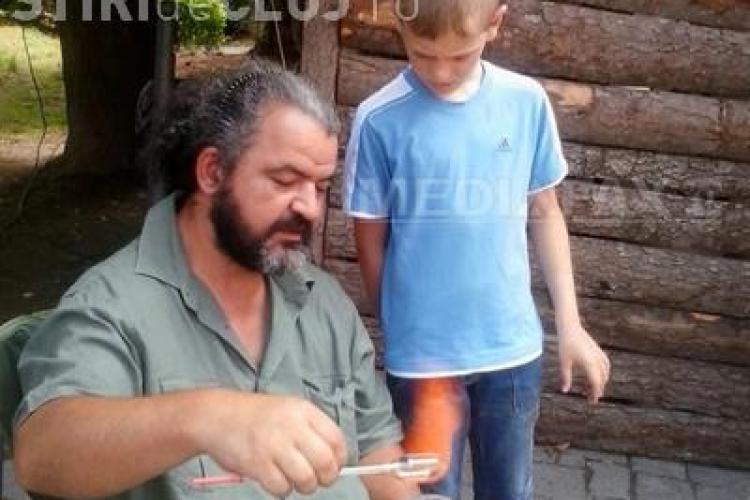 Un clujean, angajat al Institutului de Fizică Atomică, meșter sticlar la festivalurile tradiționale