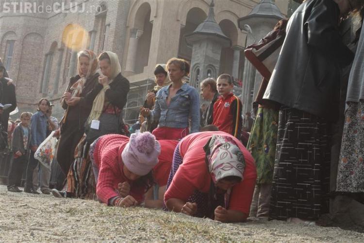 Mănăstirea Nicula: Zeci de credincioși s-au julit la coate și genunchi și au chemat Ambulanța