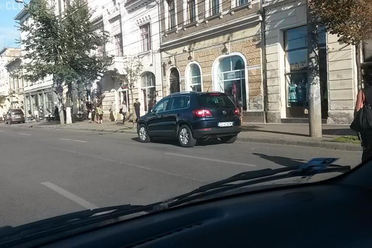 Parcare de ministru la Cluj! Marga și-a parcat mașina în stradă - FOTO