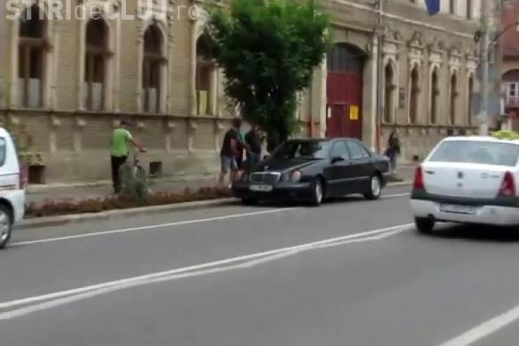 Accident la Gherla! Un Mercedes a lovit o tânără pe trecerea de pietoni - VIDEO