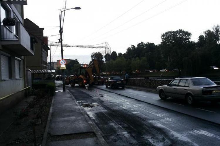 Nesimțire fără limite din partea muncitorilor la Cluj! Au mutat o mașină cu excavatorul FOTO
