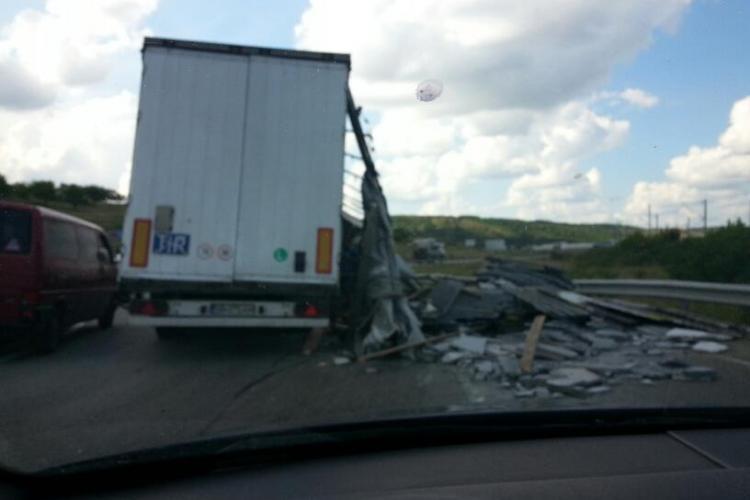 Șofer de TIR ghinionist! Plăcile cu marmură i-au rupt prelata și au căzut pe drum - VIDEO