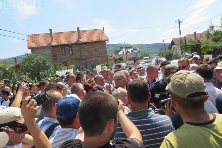 """Protest la Gherla! Oamenii din Fizeșu Gherlii au blocat drumul prin metoda """"pietonul"""" - FOTO"""