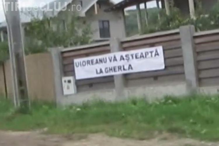 """Localnicii din Fizeșu Gherlii au umplut DRUMUL GROAZEI cu bannere: """"Uioreanu vă așteaptă la Gherla"""" - VIDEO"""