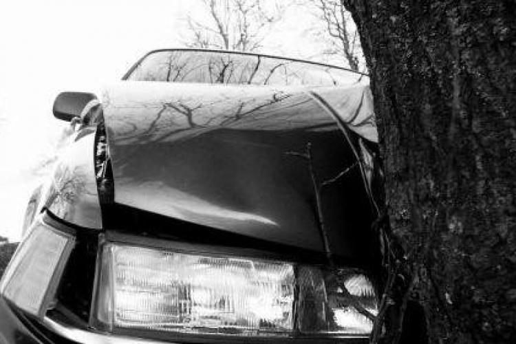 """Un clujean a """"zburat"""" cu mașina de pe șosea și s-a oprit într-un copac. Avea viteză prea mare"""