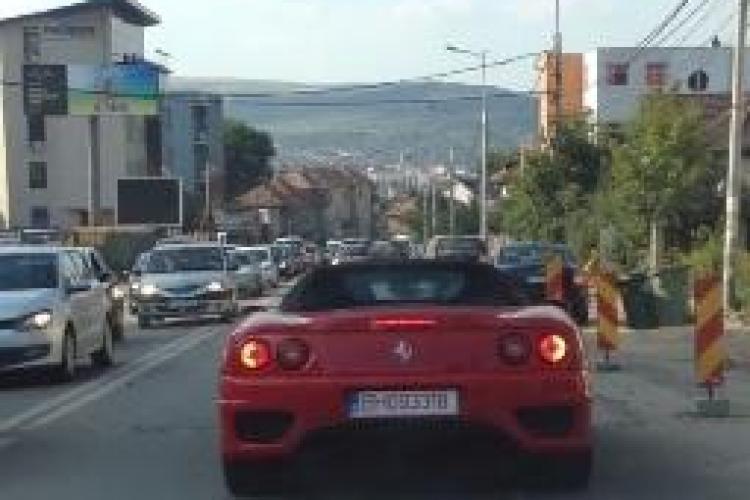"""Un Ferrari 360 Spider se """"chinuie"""" pe șantierul de pe Calea Turzii - VIDEO"""