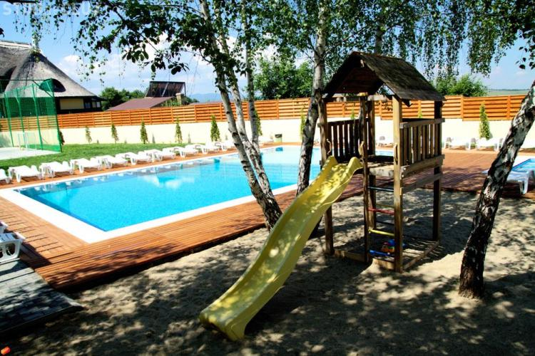Pensiunea La Mesteceni reclamată la OPC Cluj! Ce a pățit un clujean care a vrut să își ducă familia la piscină?