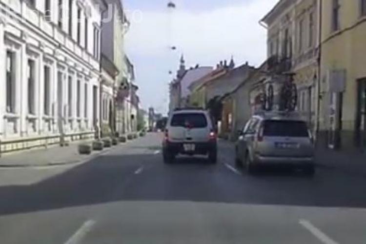 Aproape de ACCIDENT pe strada Napoca! Drumul era gol, dar se puteau face PRAF - VIDEO
