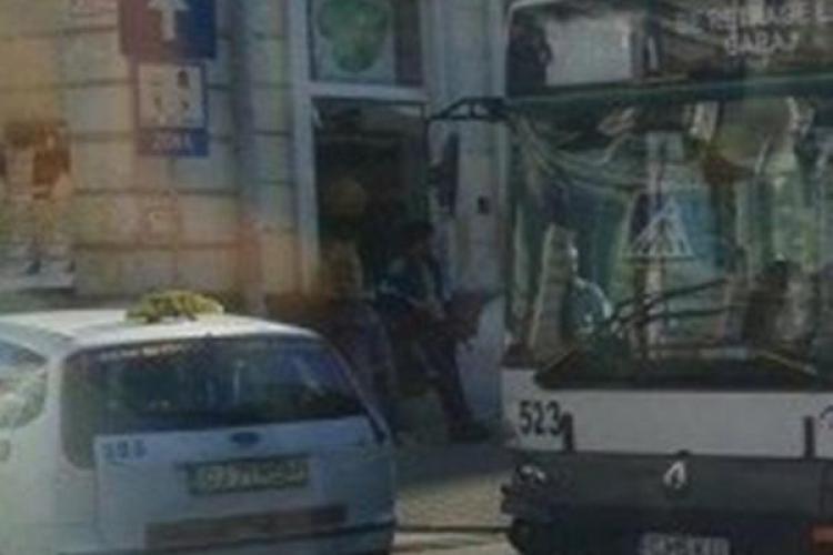 Accident rutier lângă SORA! Un taximetrist a tăiat trei benzi și a fost lovit de un autobuz - FOTO