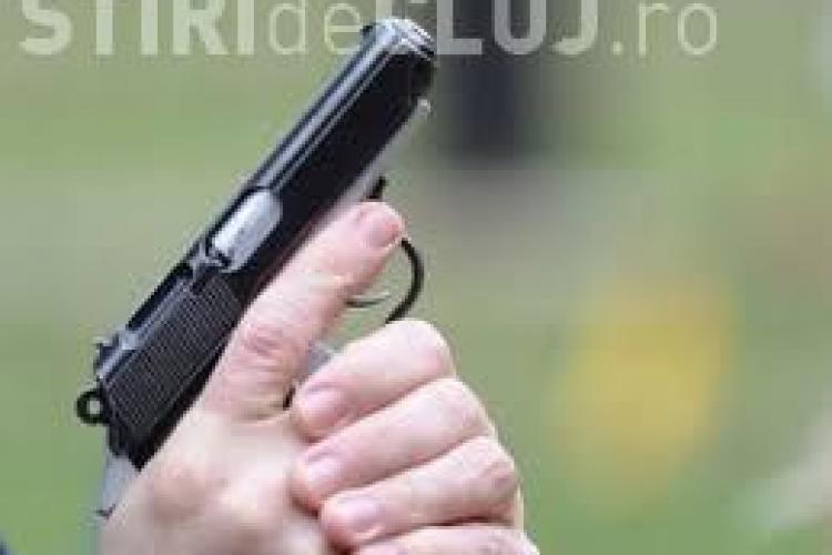 Cine sunt tinerii care au tras cu pistolul în centrul Clujului. Au fost dați afară din clubul Romantic