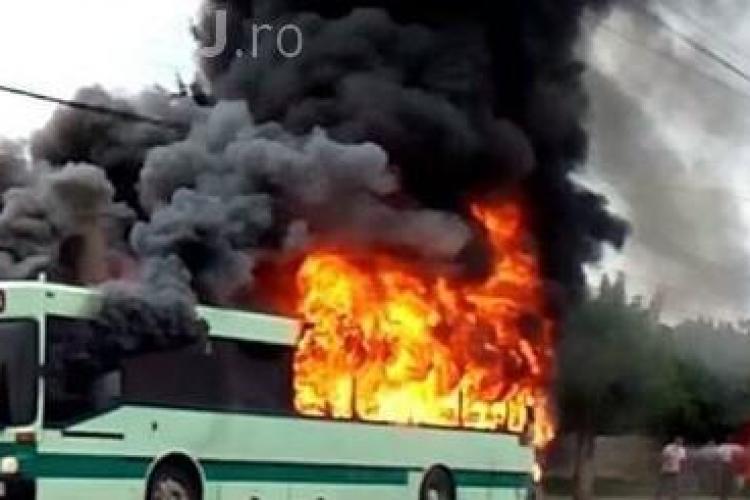 Autobuz în flăcări la Gherla. Era plin cu angajați de la Fujikura - VIDEO