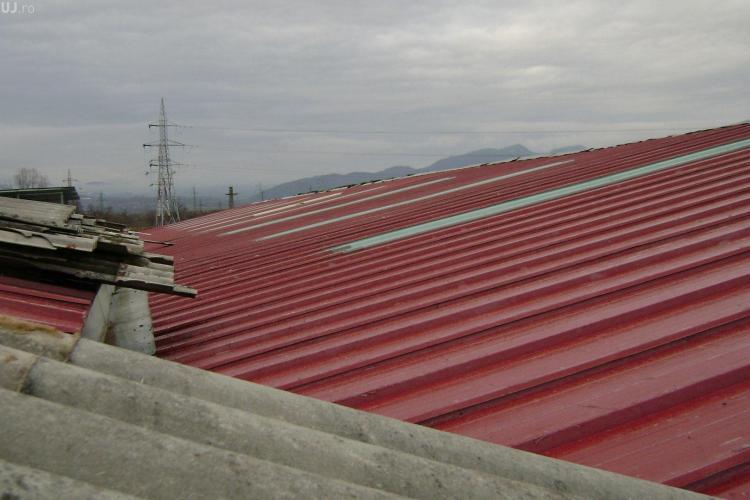 Hoți de fier vechi prinși încercând să fure un acoperiș pe Bulevardul Muncii. Unul dintre ei e minor
