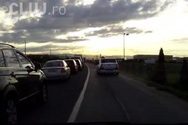 """Șoferii care depășesc coloanele de mașini pe acostament, """"pedepsiți"""" de un clujean VIDEO"""