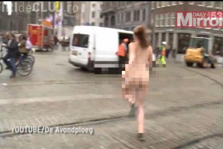 O studentă fuge GOALĂ prin centrul oraşului. Vrea să adune bani - VIDEO