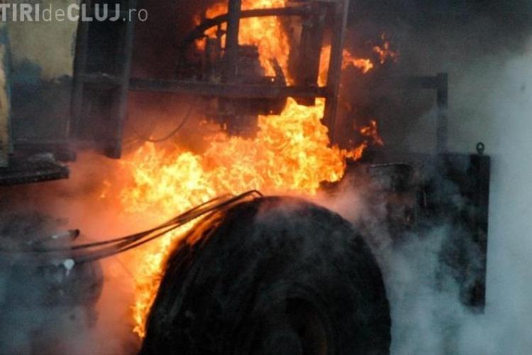 O basculantă a luat foc pe Autostrada Transilvania