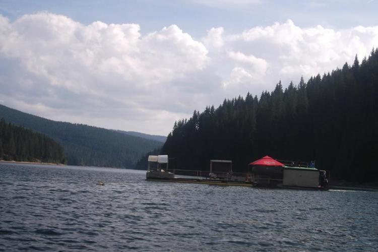 SENZAȚIONAL! Un clujean are o casă plutitoare pe lacul Beliș - FOTO