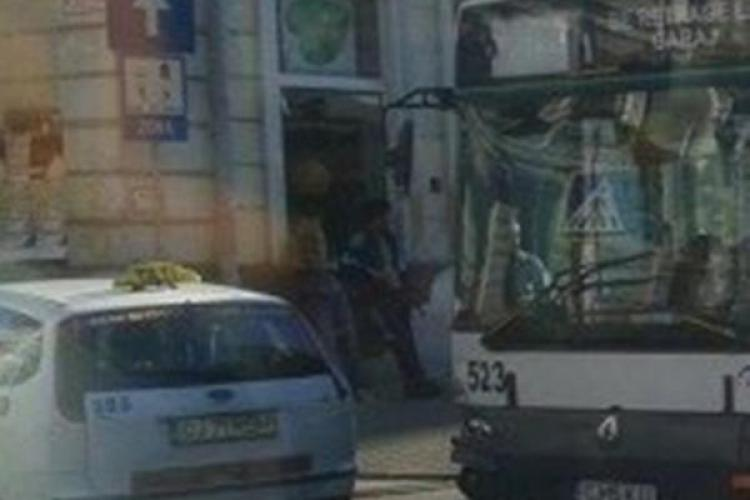 Un taxi a tăiat calea autobuzului în fața magazinului SORA, iar un pasager a căzut pe brânci - FOTO