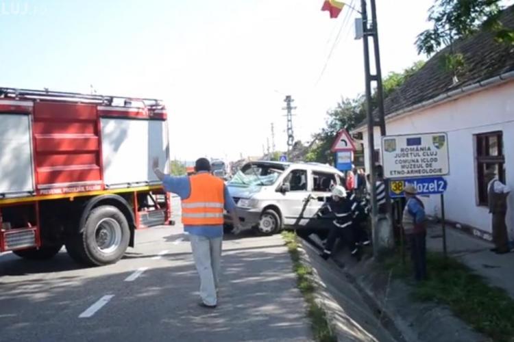 Accident la Iclod! Un microbuz Mercedes a fost spulberat de un TIR - VIDEO