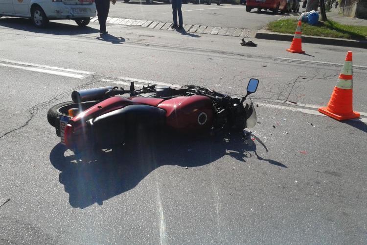 Accident pe strada Corneliu Coposu! Un taximetrist i-a tăiat calea unui motociclist - FOTO