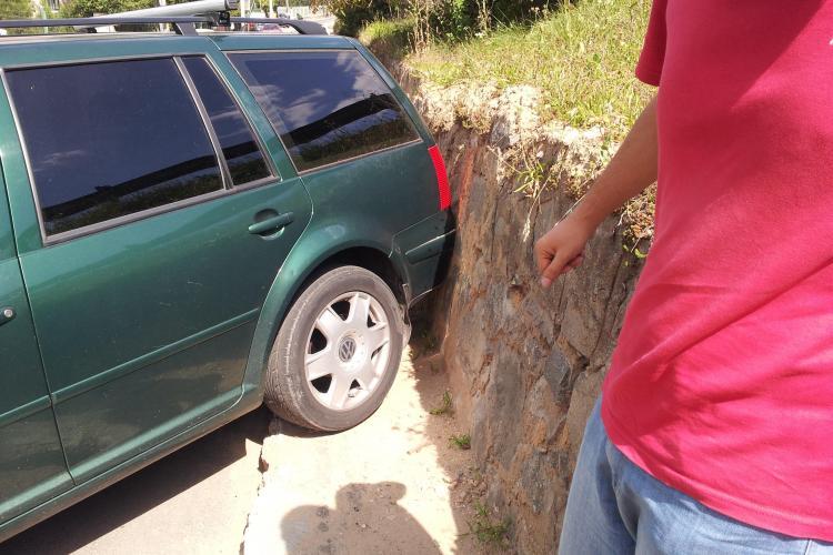 Un alt șofer a uitat să tragă frâna de mâna pe Calea Turzii! - FOTO