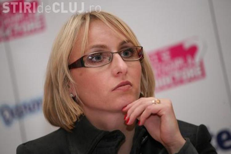 """Emil Boc, """"mustrat"""" de ministrul Dialogului Social pentru că nu a lăsat-o pe Gabi Szabo să intre în Sala Polivalentă"""