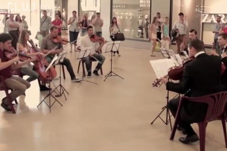 Flashmob la Iulius Mall! Artiștii au făcut spectacol pe un hit al celor de la Eurythmics - VIDEO
