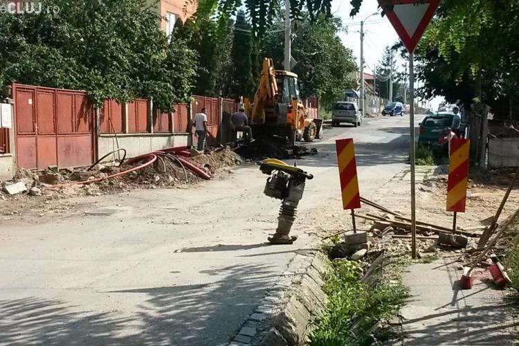 """Lucrările de pe strada Jiului îi exasperează pe locuitori: """"Nu se poate ieși din curte!"""""""