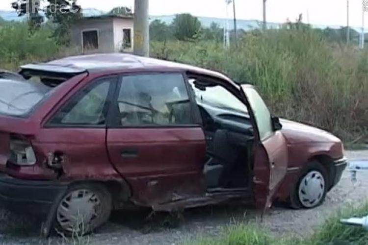 """Mașină spulberată de un tren la Cluj! Opelul a """"MURIT"""" pe calea ferată, iar pasagerii au fugit - VIDEO"""