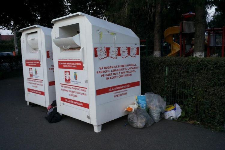 Asociația Caritas din Cluj a UITAT să le mai golească. Hainele uzate stau pe străzi - FOTO
