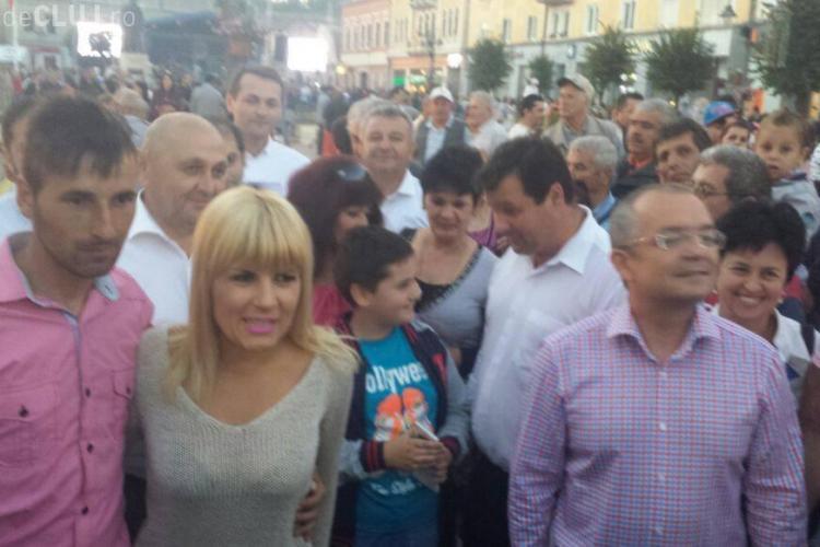 Elena Udrea luată în brațe de turdeni! Baie de mulțime cu Emil Boc - FOTO