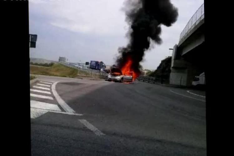 O mașină a luat FOC la întrare în Cluj, lângă Aeroportul Internațional - VIDEO