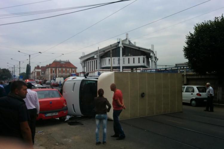 Dubă răsturnată în Piața Gării. Circula pe interzis, pe linia de tramvai. S-a lăsat cu ACUZAȚII DURE - VIDEO