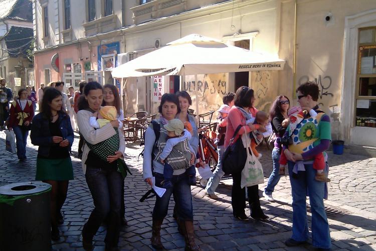 Mamicile din Cluj au organizat un mars pentru promovarea purtarii bebelusilor in marsupiu - VIDEO