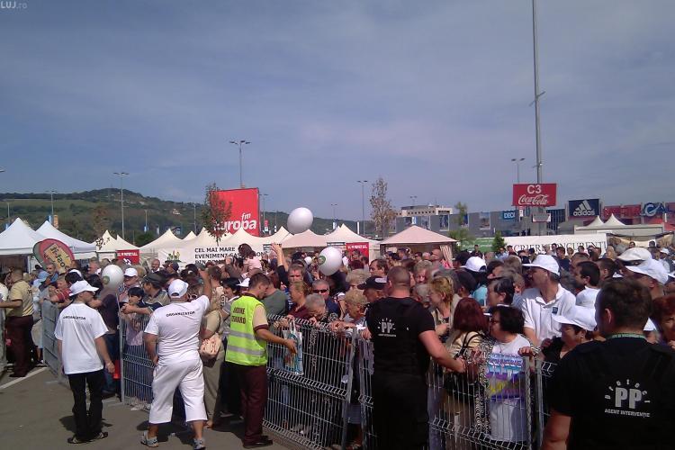 Foame mare la Cluj !  Desi existau 840 portii, cei 300 de spectatori s-au imbulzit sa prinda mancarea gratuita - VIDEO si FOTO
