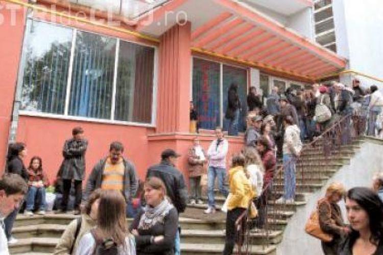 Vand loc in caminele din Hasdeu cu 300-350 de euro! Asculta discutiile cu 2 studenti care isi vand locurile