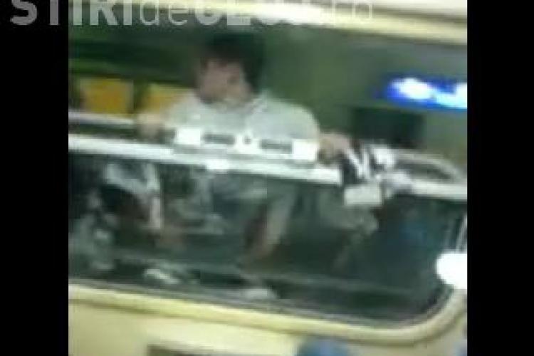 Un suporter de la U Cluj a facut cascadorii in tren! A iesit pe geam si a stat agatat in timp ce trenul mergea - VIDEO