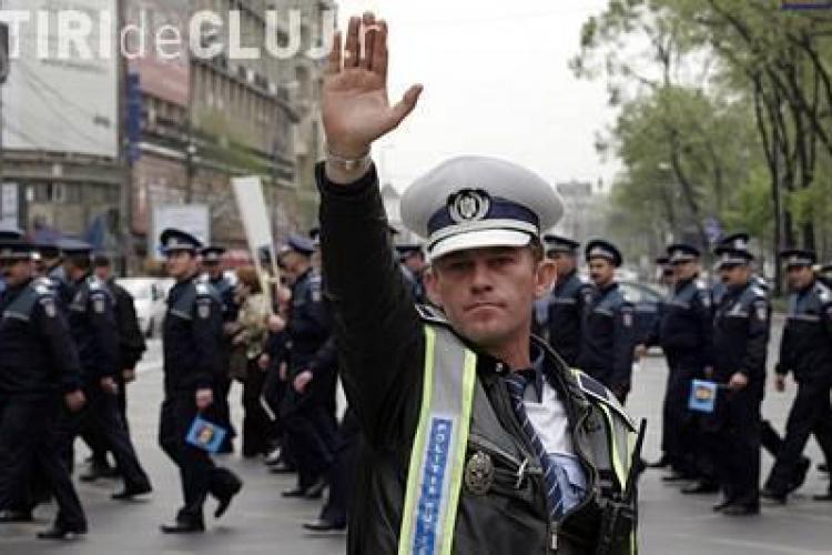 Politistii au aruncat cu sticle si caschete in curtea Palatului Cotroceni