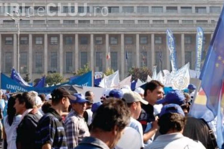 Sindicalistii au fortat cordoanele de ordine. Un protestatar acuza jandarmii ca l-au bruscat si i-au rupt camasa-VIDEO