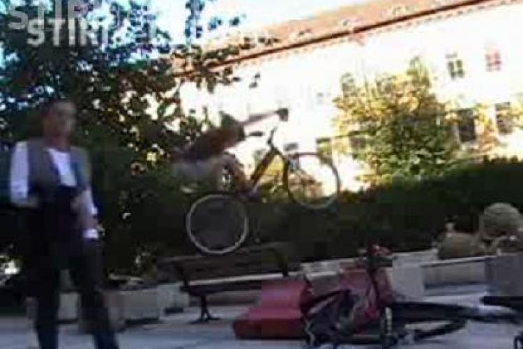 """Un  clujean face """"catarari"""" cu bicicleta pe ziduri prin centrul orasului!  - VIDEO"""