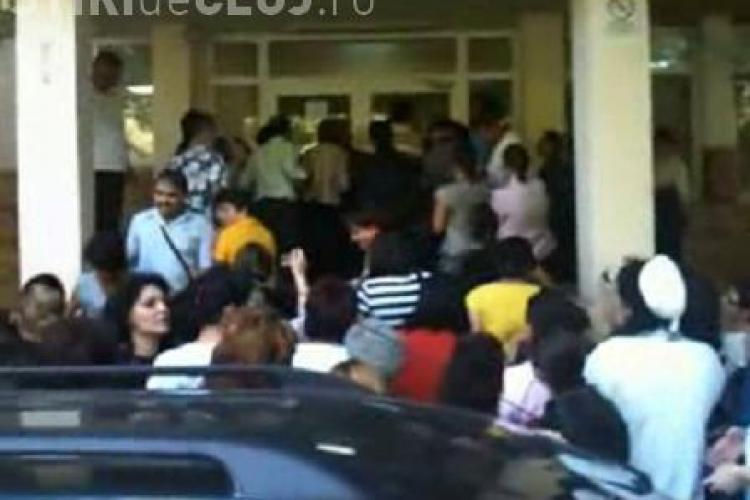 Romanii au ajuns la capatul rabdarii! Angajatii unui spital din Braila au luat cu asalt cladirea fiind opriti doar cu gaze lacrimogene! - VIDEO