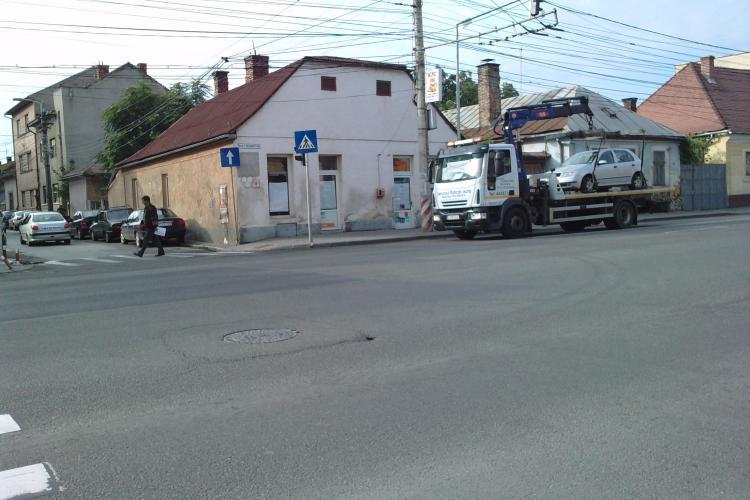 Noi smecheri de Cluj! Masina Serviciului de ridicari auto din Cluj-Napoca circula pe interzis, dupa ce a saltat o masina parcata neregulamentar!